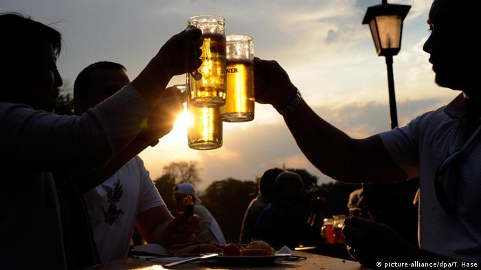 People drinking beer (picture-alliance/dpa/T. Hase)