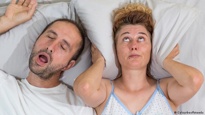 Schnarchendes Paar - Paar im Bett Schnarchen