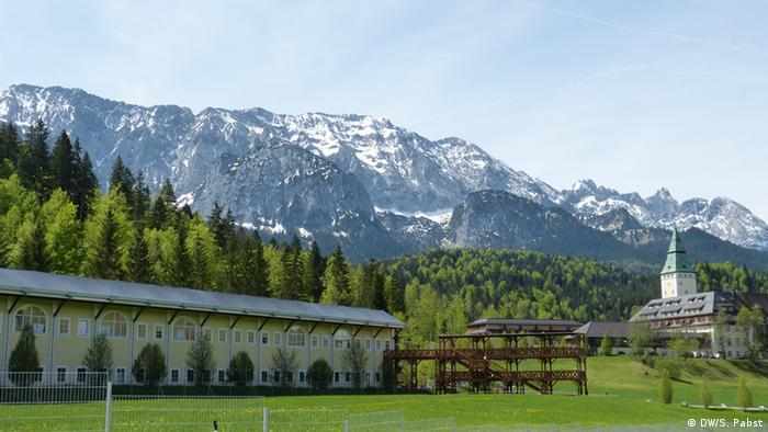 Vor dem Alpenpanorama liegt Schloss Elmau und die aufgestapelten Pressecontainer. (Foto: DW/S.Pabst)