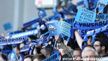 Fußball, firo : 10.05.2015 1.BL, 1.Bundesliga, Saison 2014/2015, SCP, SC Paderborn, Wolfsburg, VfL, Südtribüne Suedtribuene, Fans, Schals, Schal, Fahnen, Hinterleger, Feature,