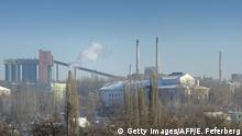 Bildunterschrift:View of the Avdiivka Coke and Chemical Plant (AKHZ) in the eastern Ukrainian city of Donetsk, which is controlled by Donetsk People's Republic (DNR) rebels, on December 2, 2014. Ukraine and pro-Russian separatist leaders agreed a truce around the airport in the eastern rebel stronghold of Donetsk that has been the focus of fighting for months. AFP PHOTO / ERIC FEFERBERG (Photo credit should read ERIC FEFERBERG/AFP/Getty Images)