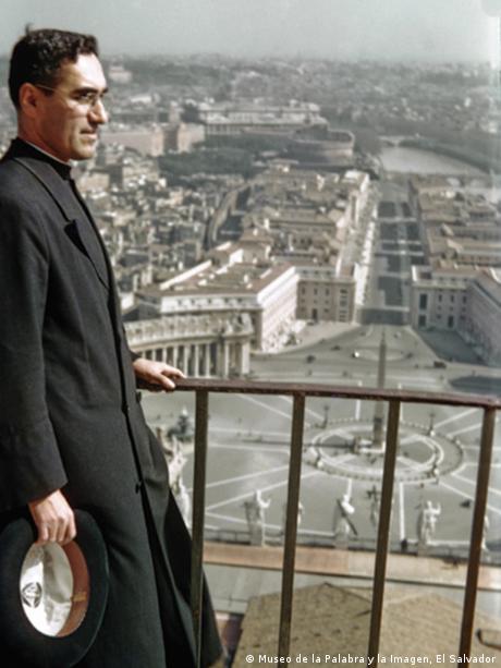 Monseñor Romero en una de sus visitas al Vaticano.