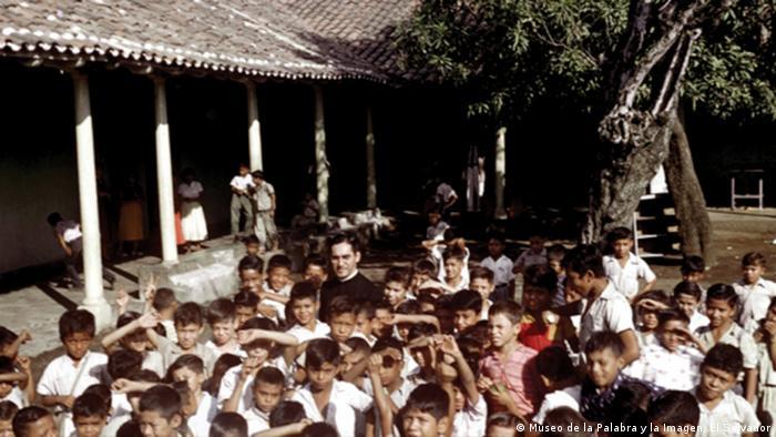 Romero, rodeado de niños: opción por los débiles.