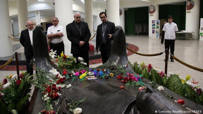 La tumba del obispo de los pobres en San Salvador.