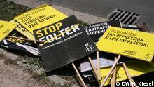 Demonstration für Raif Badawi vor saudischer Botschaft. Demomaterial vor der Saudischen Botschaft Copyright: DW/Heiner Kiesel