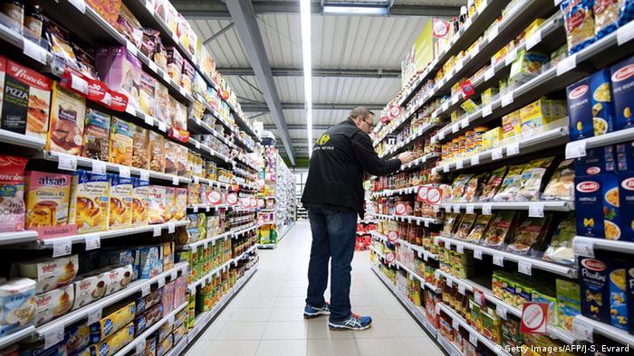 Ein Supermarkt-Mitarbeiter sortiert Lebensmittel (Foto: Getty)