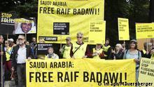 Protestaktion der Menschenrechtsorganisation Amnesty International für die Freilassung des saudischen Ehemanns und Bloggers Raif Badawi. Sie übergibt der Botschaft von Saudi Arabien rund 60 000 Protestbriefe. Ein saudisches Gericht hatte Badawi zu 1000 Stockhieben und zehn Jahren Gefängnis verurteilt, weil er in seinem liberalen Internetforum den Islam beleidigt haben soll. Berlin 22.05.15 Ensaf Haidar bei Protestaktion vor Botschaft Saudi-Arabiens in Berlin Protest action the Human rights organization Amnesty International for the Release the Saudi Husband and bloggers Raif Badawi Them passes the Embassy from Saudi Arabia Around 60 000 Protest letters a saudisches Court had Badawi to 1000 Lashes and ten Years Prison convicted because he in his Liberals Internet Forum the Islam offended have should Berlin 22 05 15 Ensaf Haidar at Protest action before Embassy Saudi Arabia in Berlin