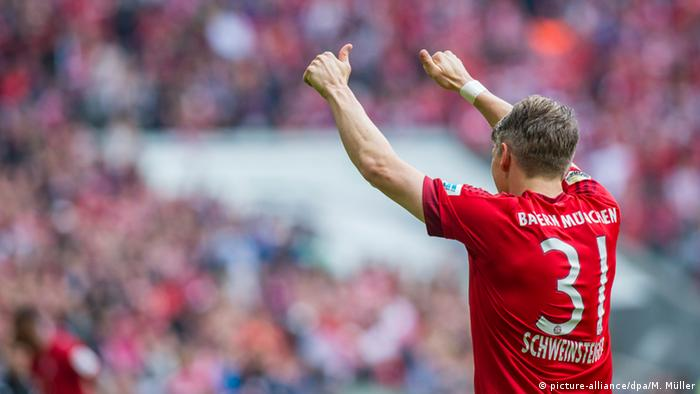 Schweinsteiger gives a thumb up the crowd
