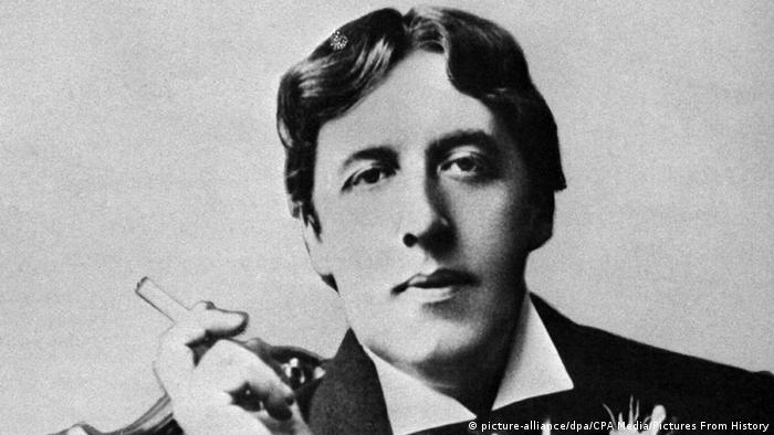 Oscar Wilde in black and white holding a cigarette (Photo: picture-alliance/dpa/CPA Media/Pictures From History)
