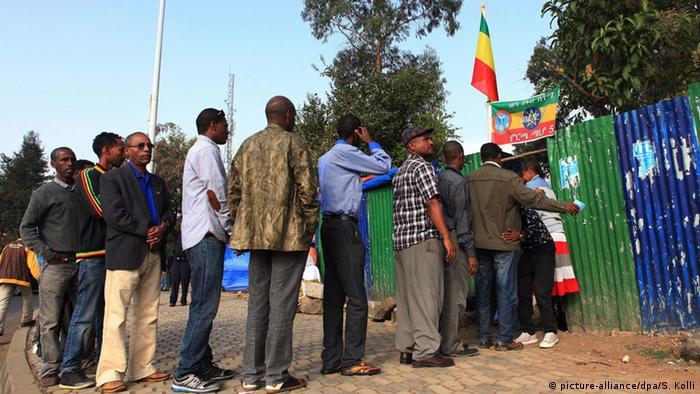 Schlange vor dem Wahllokal (Foto: picture-alliance/dpa/S. Kolli)