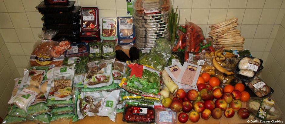 Na cozinha do apartamento dos cinco estudantes, comida coletada enche uma mesa