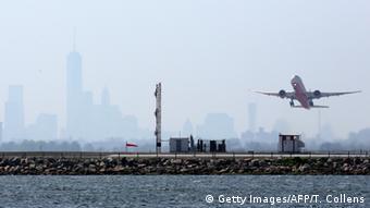 Самолет вылетает из аэропорта имени Джона Кеннеди в Нью-Йорке