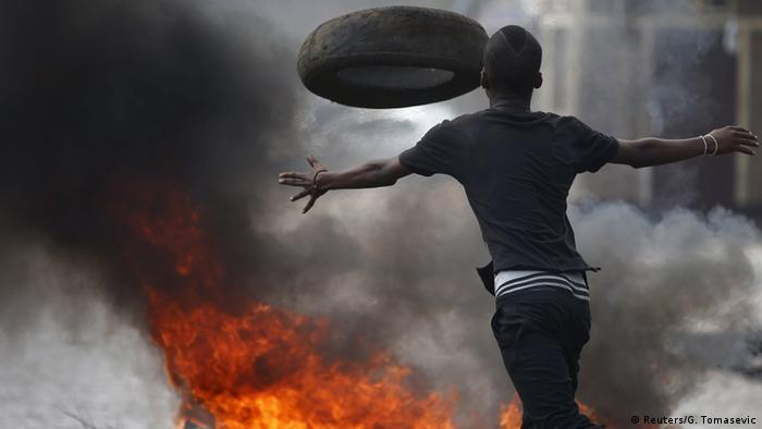 Burundi Proteste Straßenbarrikade (Foto: Reuters/G. Tomasevic)