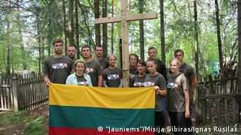 Во время экспедиции в Красноярский край участники проекта установили деревянный крест в память о жертвах репрессий