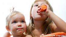 Mädchen essen Möhren