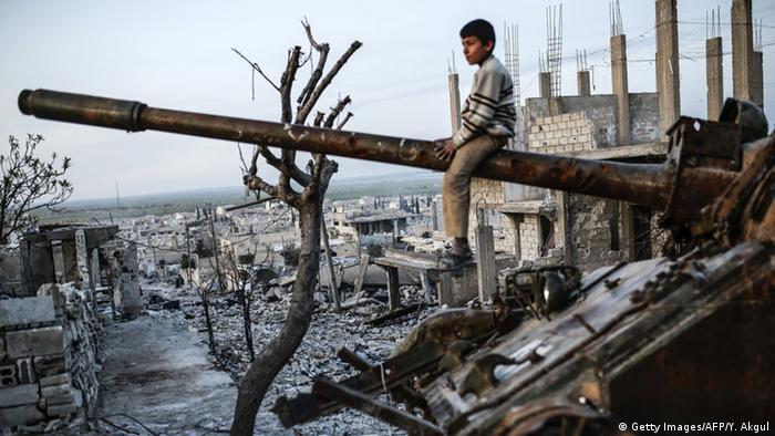 Syrien Kobane Junge auf Panzer Wrack