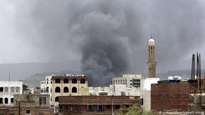 Saudi Arabian airstrike in Yemen (picture-alliance/dpa/Y. Arhab)