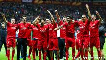 Bildunterschrift:WARSAW, POLAND - MAY 27: Sevilla players celebrate victory after the UEFA Europa League Final match between FC Dnipro Dnipropetrovsk and FC Sevilla on May 27, 2015 in Warsaw, Poland. (Photo by Michael Steele/Getty Images)