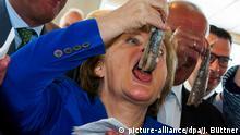 Deutschland Angela Merkel isst Matjes bei Schiffstaufe