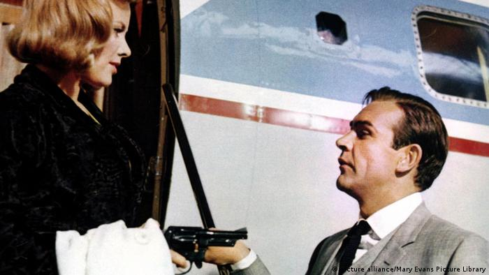 Honor Blackman and Sean Connery in James Bond film Goldfinger from1964, Copyright: picture alliance/Mary Evans Picture Library.