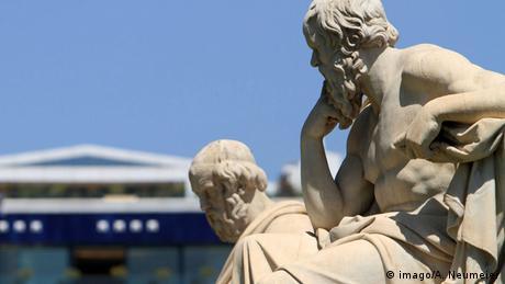 Statue der griechischen Philosophen Sokrates und Platon