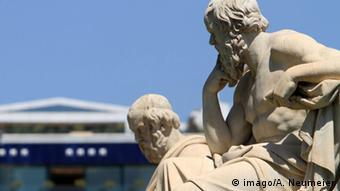 Statue der griechischen Philosophen Sokrates und Platon (imago/A. Neumeier)