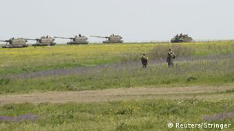 Российская военная техника у зеленой границы между Россией и Украиной