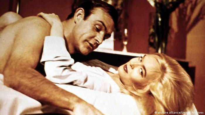 Honor Blackman und Sean Connery im James Bond-Film Goldfinger 1964