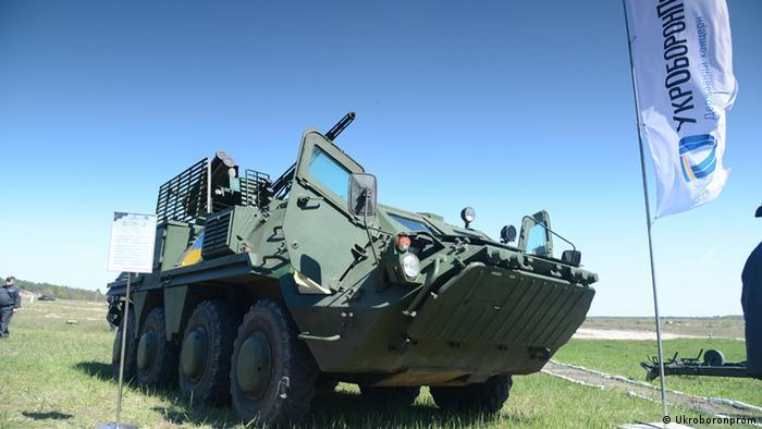 БТР-4 стоїть у полі під час демонстрації військової техніки концерну Укроборонпром