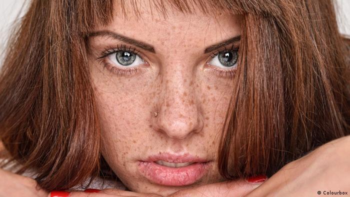 Frau mit roten Haaren und Sommersprossen im Bett (Colourbox)