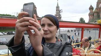 Женщина делает селфи на Красной площади