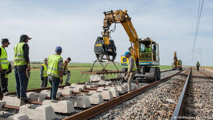 Workers in Morocco constructing a railway. (AfDB/Jaques Fernandes)