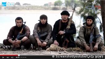 Гулмурод Халимов (второй справа) с боевиками ИГ в Сирии