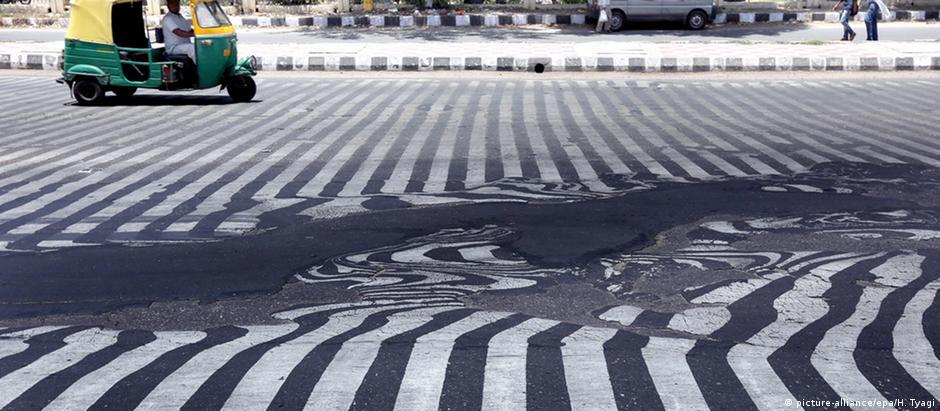 Altas temperaturas derretem asfalto de ruas em Nova Déli