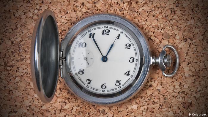 Symbolbild Countdown Griechenland Uhr Taschenuhr