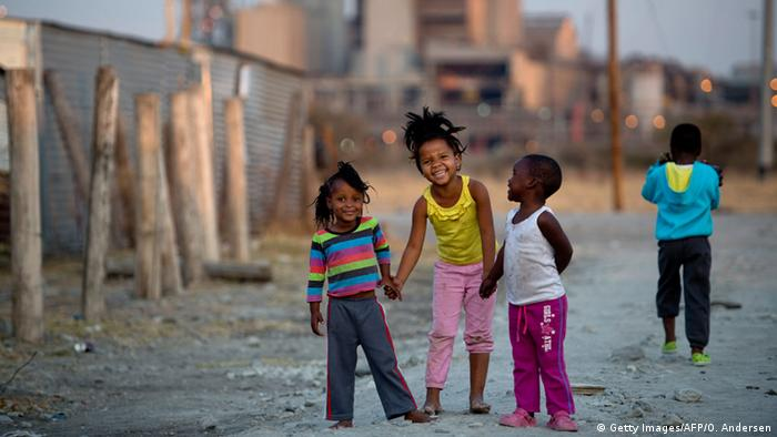 Children play in the Nkaneng shantytown in Marikana, copyright: Getty Images/AFP/O. Andersen
