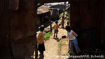 Kenia Nairobi Kibera Slum spielende Kinder