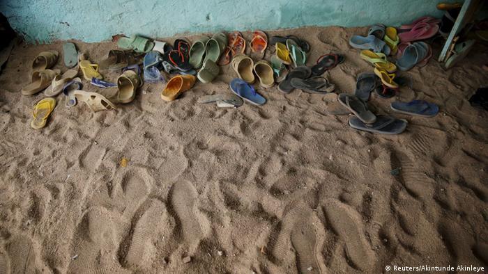 Foto simbólica de zapatos sobre terreno polvoso en Níger