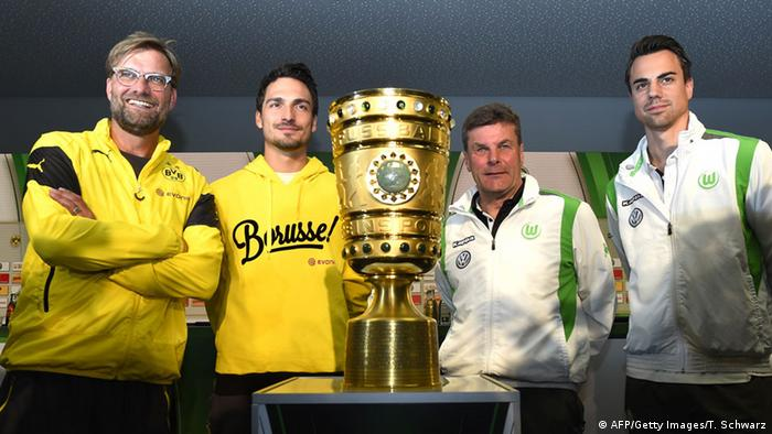 Players pose with the German Cup trophy ahead of the 2015 final