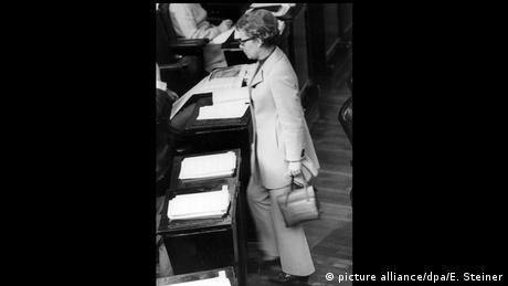 زنان در ابتدا موظف بودند زنانه لباس بپوشند: با دامن و پیراهن. در شهر برمن یک زن کارمند به دلیل پوشیدن یک شلوار قرمز سر کار، اخراج شد. در روز ۱۴ اکتبر سال ۱۹۷۰ یک سیاستمدار زن آلمانی دست به کاری زد که تا آن روز سابقه نداشت: لنوته فنبوتمر از حزب سوسیال دموکرات در این روز به عنوان نخستین زن با کت و شلوار در پشت تریبون پارلمان قرارگرفت.