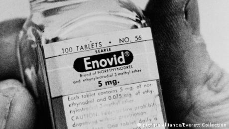 A bottle of the birth control pill Enovid of the 1960s (picture alliance/Everett Collection)