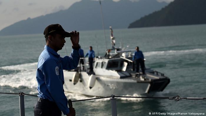Les garde-côte malaisiens à la recherche de bateaux de migrants clandestins