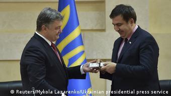 Президент Украины Порошенко вручает Саакашвили удостоверение губернатора Одесской области