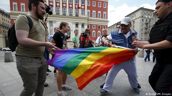 Во время одной из акций ЛГБТ-активистов в Москве, май 2015 года