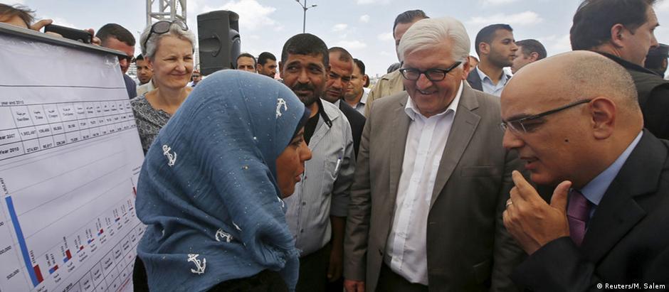 Ministro Frank-Walter Steinmeier (c) visita porto de pescados na Faixa de Gaza