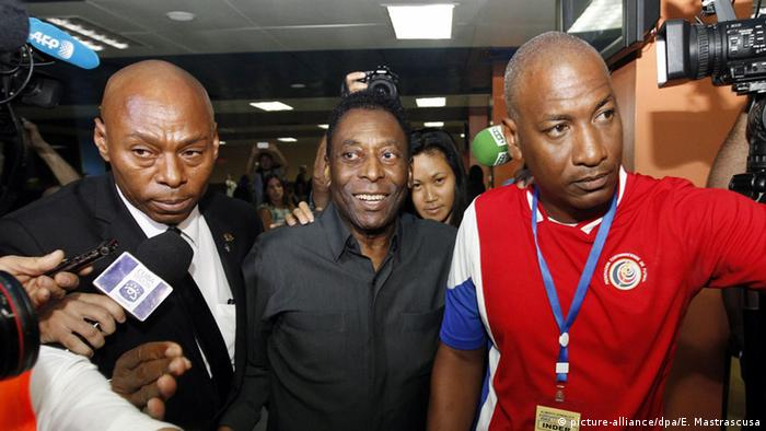 Pele arrives with New York Cosmos team in Havanna