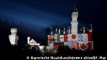 Deutschland Schloss Neuschwanstein mit projizierten G7-Flaggen