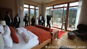 Journalisten stehen in einer Suite von Schloss Elmau. (Foto: picture-alliance/dpa/S. Jansen)