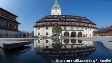 Das Schlosshotel Elmau spiegelt sich am 20.03.2015 im Wasser eines Brunnens. In der Anlage findet vom 04.06. bis 05.06.2015 der G7-Gipfel statt. Foto: Peter Kneffel/dpa