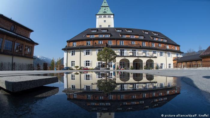 Das Schloss Elmau spiegelt sich in dem groß angelegten See vor dem Eingangsbereich. (Foto: picture-alliance/dpa/P. Kneffel)